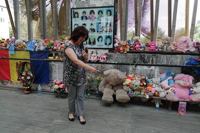 Алета Гасинова стоит на том месте в школьном спортзале, где сидела с дочками 15 лет назад.