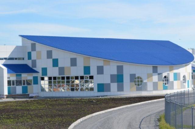 Общая площадь сооружения – больше 2 тыс. кв. м, трибуны рассчитаны на 145 зрителей.