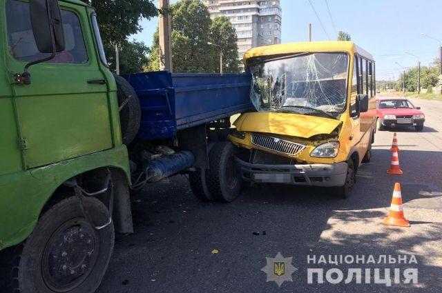 В Запорожье маршрутка столкнулась с грузовиком: пострадали семь женщин