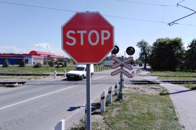 Житель Нестеровского района сдал на металлолом знаки с ж/д переезда