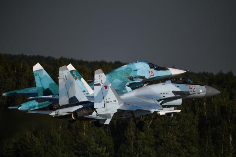 Российские многоцелевые истребители Су-35С (справа) и Су-34.