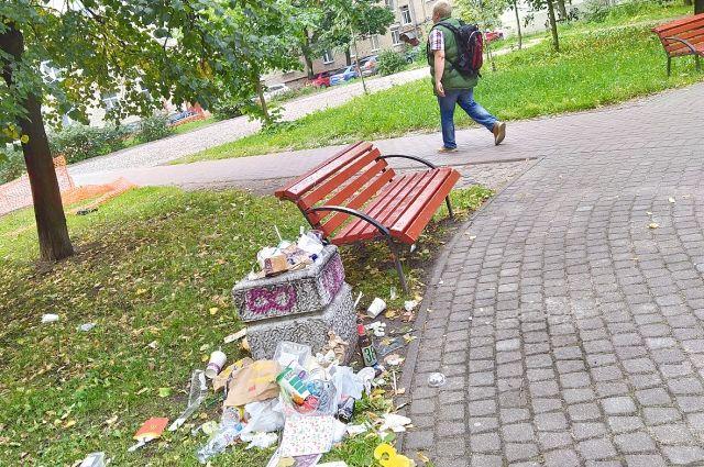 Дворовые урны петербуржцы часто используют не в тех целях.