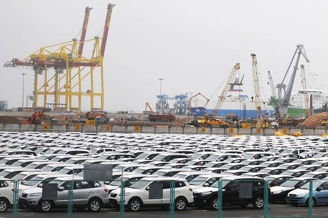 Импортные автомобили в морском торговом порту Усть-Луга.