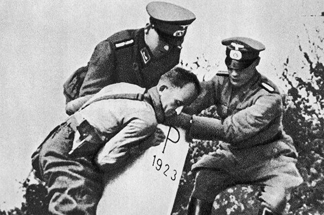 Гитлеровцы уничтожают пограничные знаки на польско-германской границе. 1939 г. Фото из книги «Вторая мировая война 1939-1945 годы».