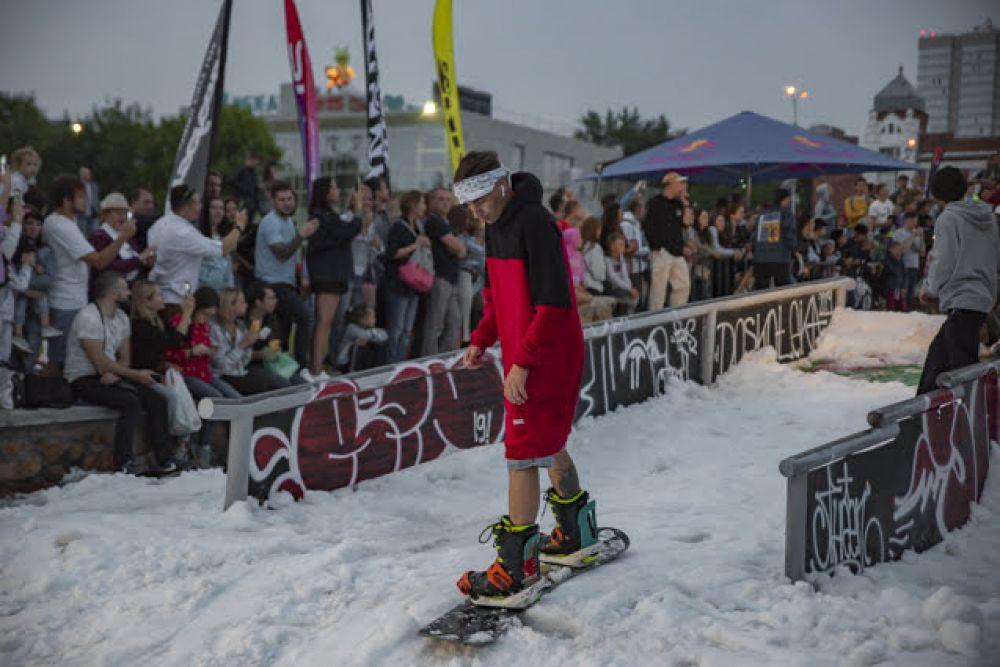 Новосибирские сноубордисты вышли на искусственный лед, чтобы показать свое мастерство.