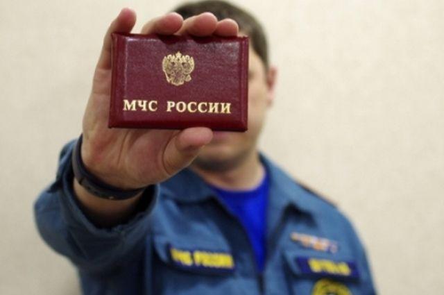 Удостоверение, форма и нагрудный знак - главные отличия настоящего сотрудника МЧС