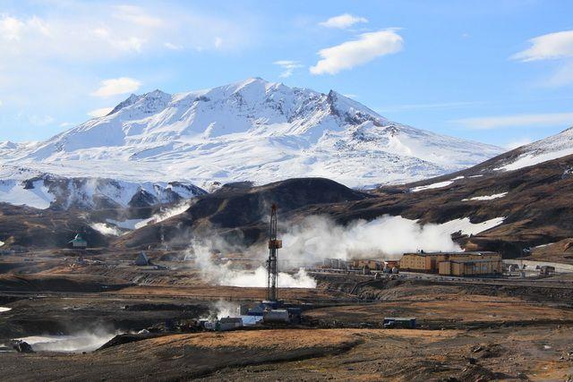 Мутновская ГеоЭС на фоне одноимённого вулкана.