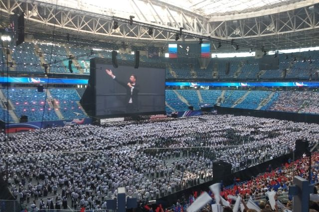 Тысячи петербуржцев хором спели гимн России