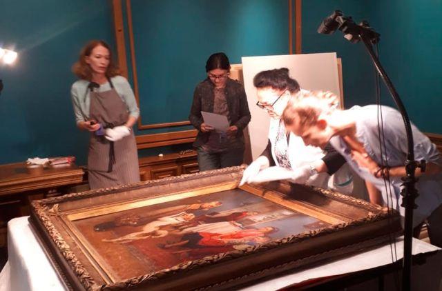 Ценные произведения внимательно осмотрели перед выставкой