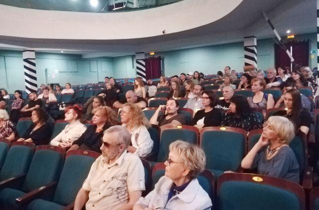 Актёрам полезно собраться в зрительном зале с планами на завтра.