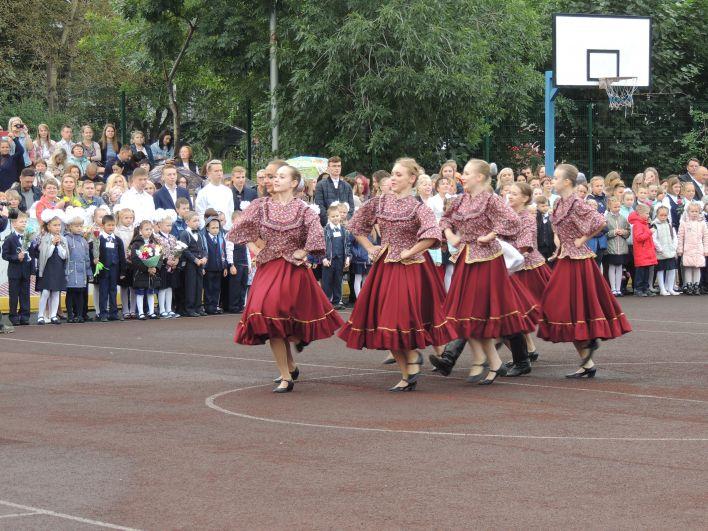 На линейках выступали творческие коллективы.