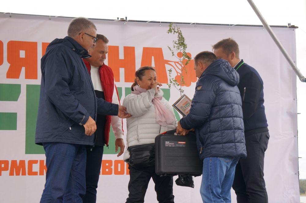 Самым активным жителям вручали в подарок рябину.
