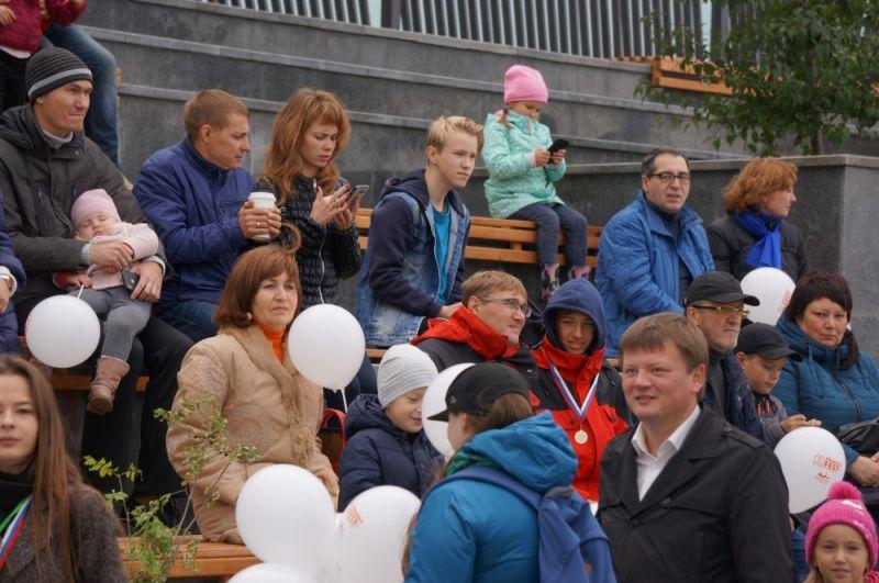 Десятки жителей собрались на праздник на набережной.