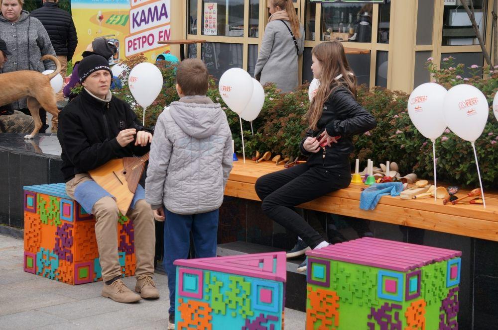 Дети могли поиграть на ложках и послушать балалайку.