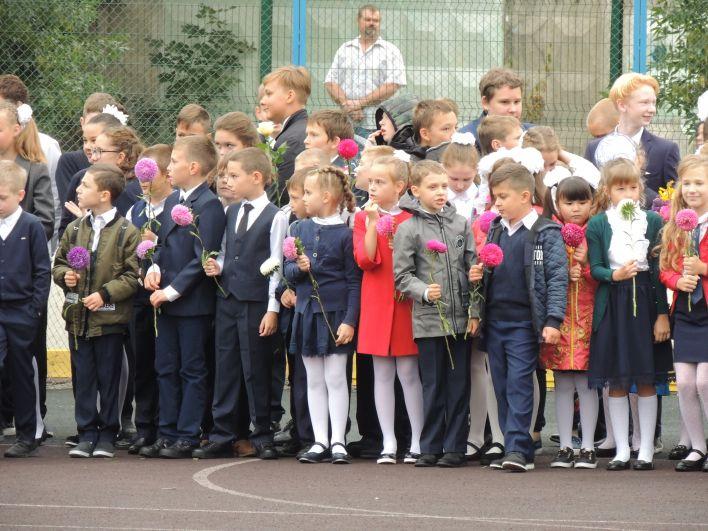 Во многих классах учителям все дети дарят одинаковые цветы для одного букета.