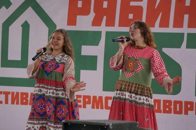 Перед зрителями выступили музыкальные коллективы.