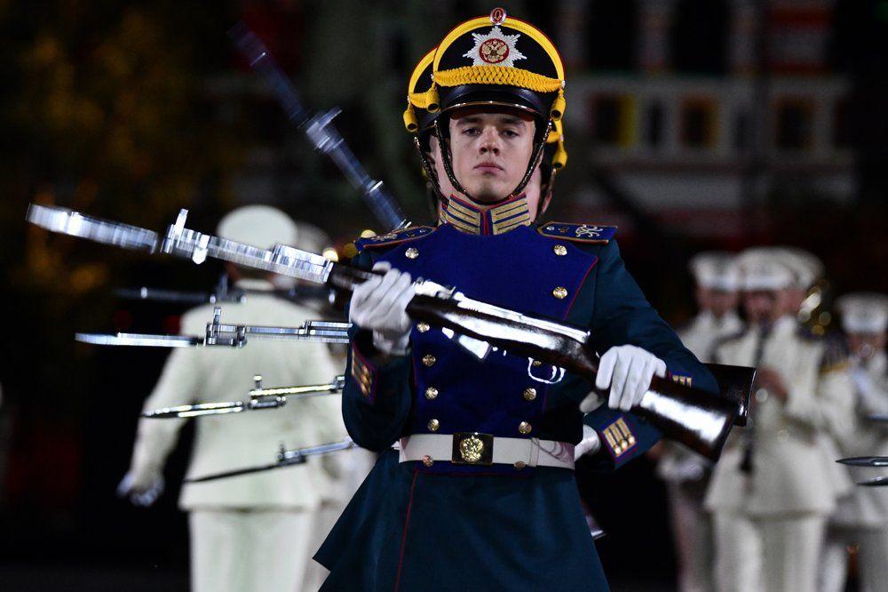 Военный Образцовый оркестр Почетного караула (Россия) на церемонии закрытия фестиваля «Спасская башня» на Красной Площади в Москве.