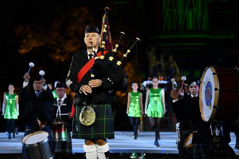 Международный кельтский оркестр волынок и барабанов.
