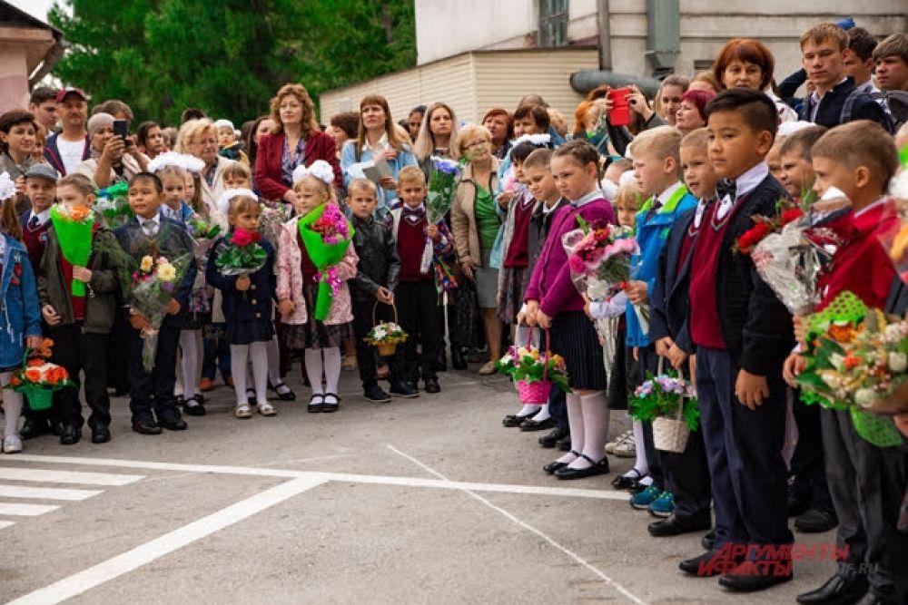 В этот день на площадках и стадионах около школ собрались нарядные и взволнованные ученики, их родители и учителя.