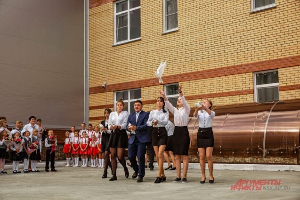 Один из самых красивых моментов торжественной линейки — ученики одиннадцатого класса выпускают в небо белых голубей: птицы символизируют тот светлый путь, в который отправятся ученики, когда покинут родную школу.