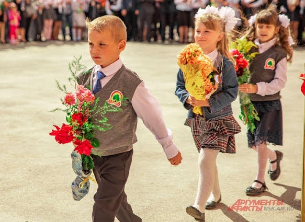 Гордым шагом первоклашки идут в школу на самый первый в жизни урок.