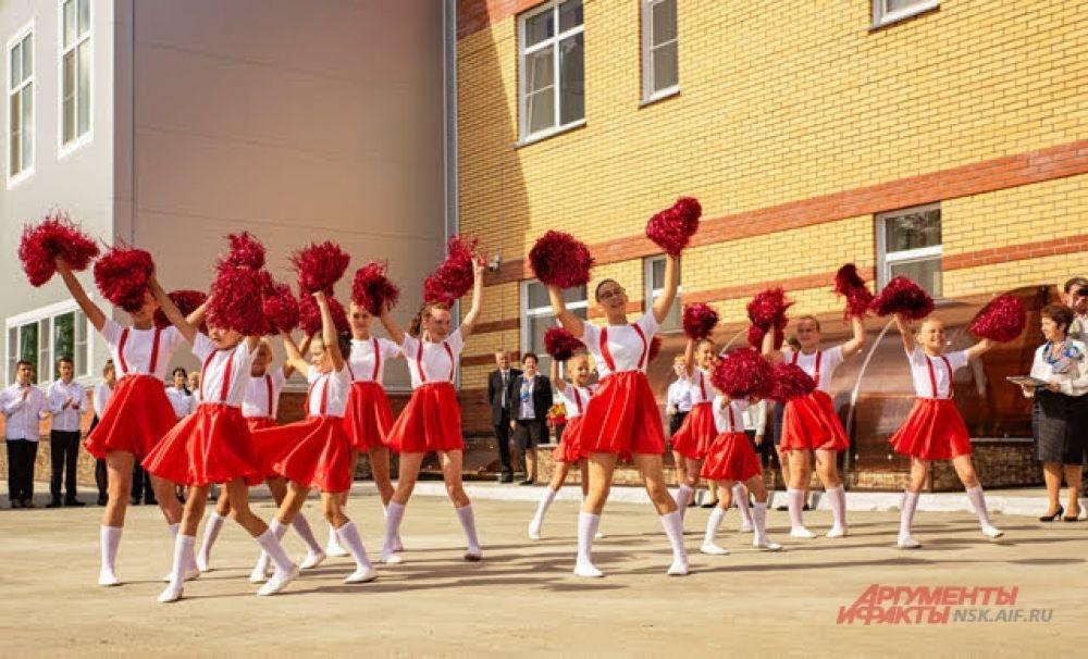 Ученики разных классов подготовили творческую программу для виновников и гостей торжества. Талантливые школьники пою, танцуют, читают стихи.