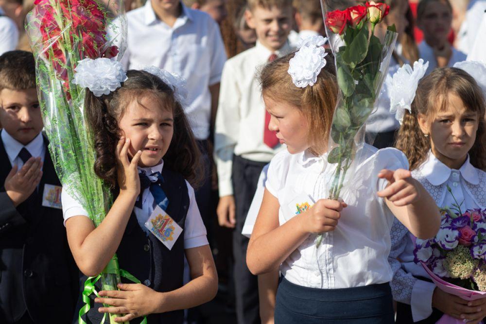 Первоклассники школы-лицея №3 имени Макаренко в Симферополе на линейке в честь начала учебного года.