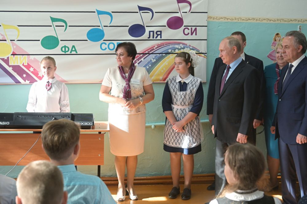Президент РФ Владимир Путин во время посещения средней общеобразовательной школы №6 пострадавшего от паводков иркутского города Тулуна.
