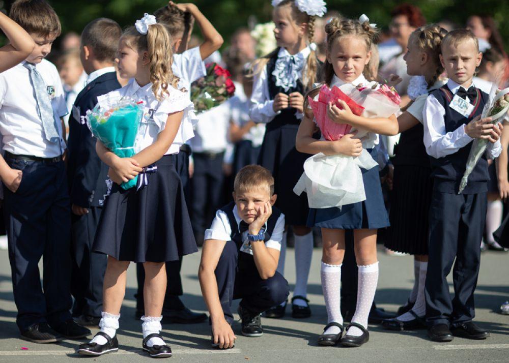 Ученики школы-лицея №3 имени Макаренко в Симферополе на линейке в честь начала учебного года.