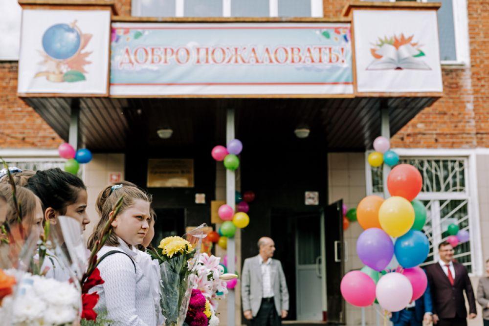 Ученики общеобразовательной школы №24 во время торжественной линейки, посвященной Дню знаний, в Иванове.