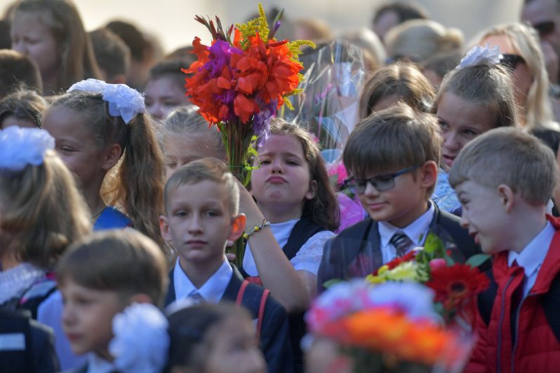 Ученики общеобразовательной школы №76 Выборгского района Санкт-Петербурга во время торжественной линейки, посвященной Дню знаний.