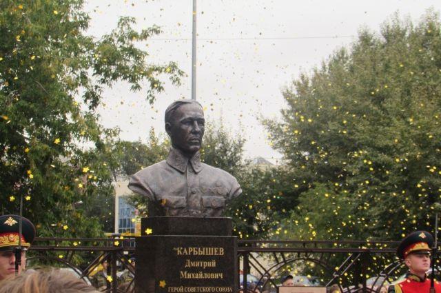 В Тюмени открыли памятник генералу Дмитрию Карбышеву