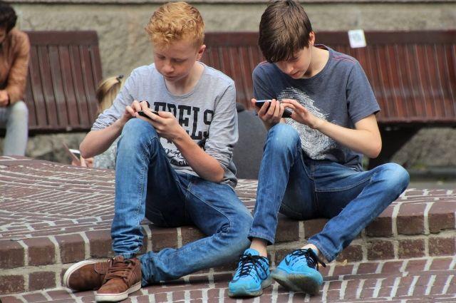 Современных школьников сложно представить без смартфонов.