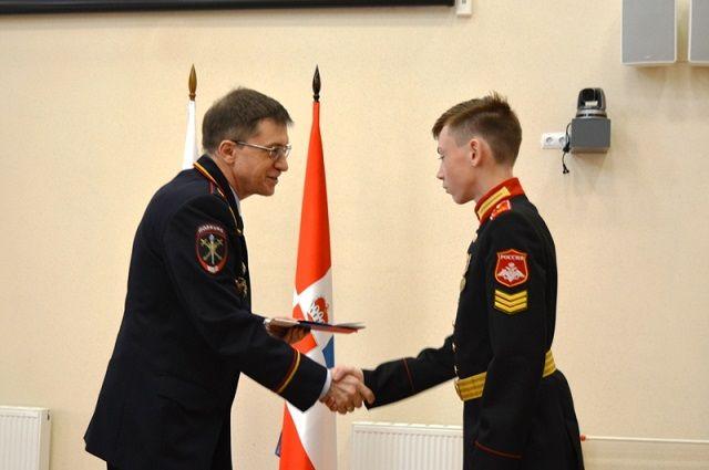Михаил Давыдов вручил ребятам паспорта, а также поздравил весь преподавательский состав, командиров и воспитанников училища с началом нового учебного года.
