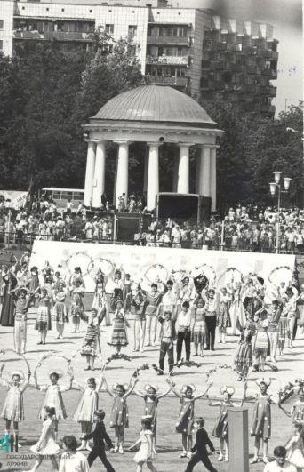 Театрализованное представление на стадионе юных пионеров, посвящённое Дню города, 1991 год.