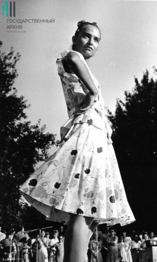 Демонстрация моделей женской одежды Пермским Домом моделей во время праздника, 1970-е годы.