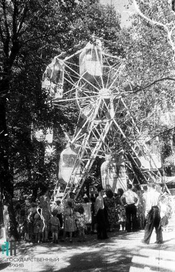 Катание на карусели, 1955 год.