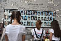 Школьники пришли возложить цветы в бывшую 1-ю Бесланскую школу, где проходят траурные мероприятия, посвященные 15-й годовщине теракта 1-3 сентября 2004 года. В результате теракта погибли 334 человека, в том числе 318 заложников, из которых 186 - дети.
