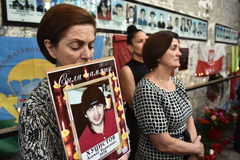 Траурные мероприятия в школе Беслана, посвященные 15-й годовщине теракта.