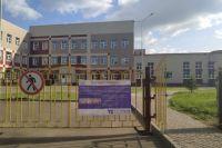 Школа выглядит достроенной, но её не сдали в эксплуатацию.