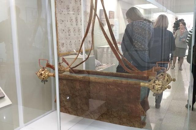 На выставке можно увидеть царскую люльку.