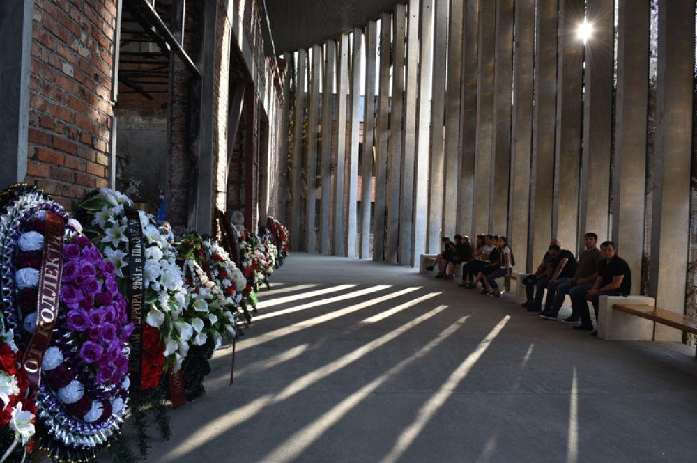 Жители в помещении бывшей 1-й Бесланской школы, где проходят траурные мероприятия, посвященные 15-й годовщине теракта 1-3 сентября 2004 года.