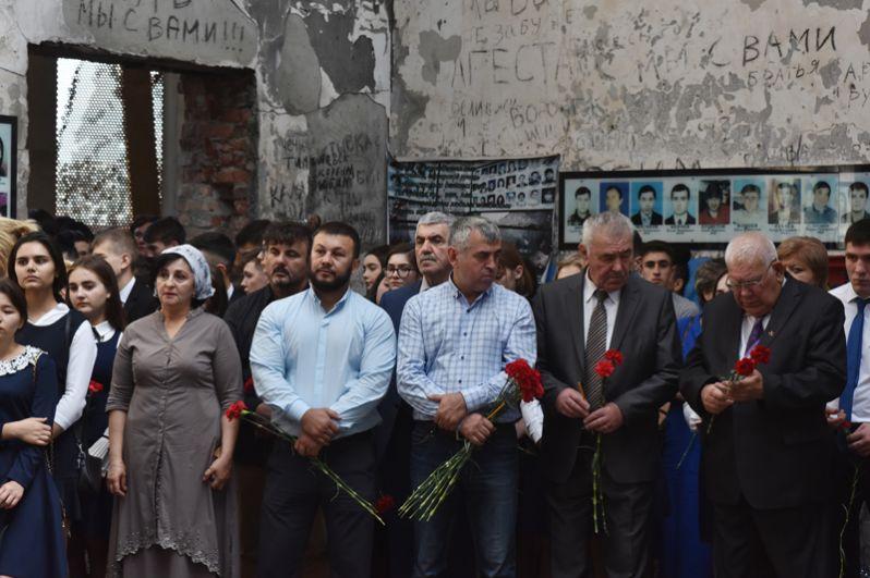 Литургия в бывшем спортзале 1-й Бесланской школы по жертвам теракта.
