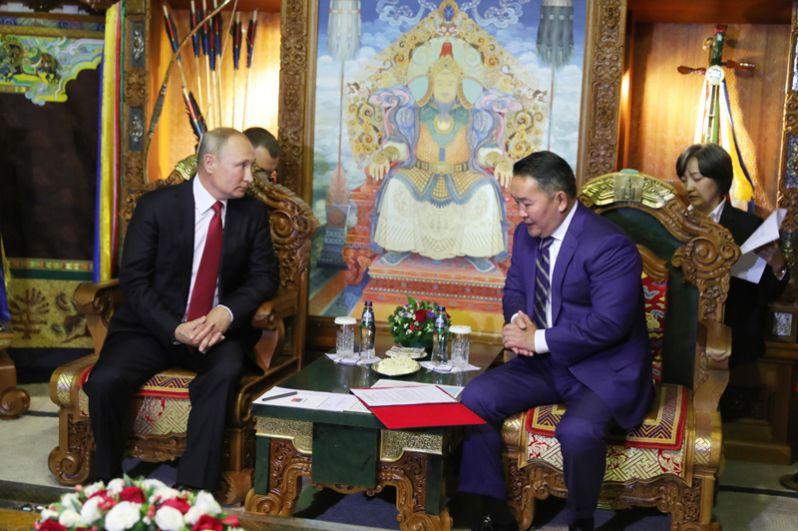 Президент РФ Владимир Путин и президент Монголии Халтмагийн Баттулга (справа) во время беседы в Государственном дворце в Улан-Баторе.