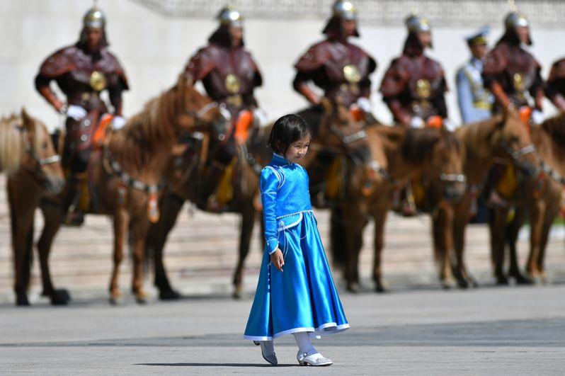 Девочка в национальном костюме и почетный караул у Государственного дворца на площади имени Сухэ-Батора в Улан-Баторе перед началом церемонии официальной встречи президента РФ Владимира Путина.