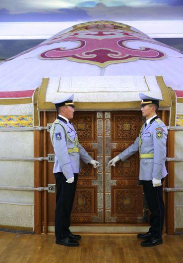 Почетный караул у войлочной юрты, установленной на пятом этаже Государственного дворца, в которой проходят переговоры президента РФ Владимира Путина и президента Монголии Халтмагийна Баттулги.