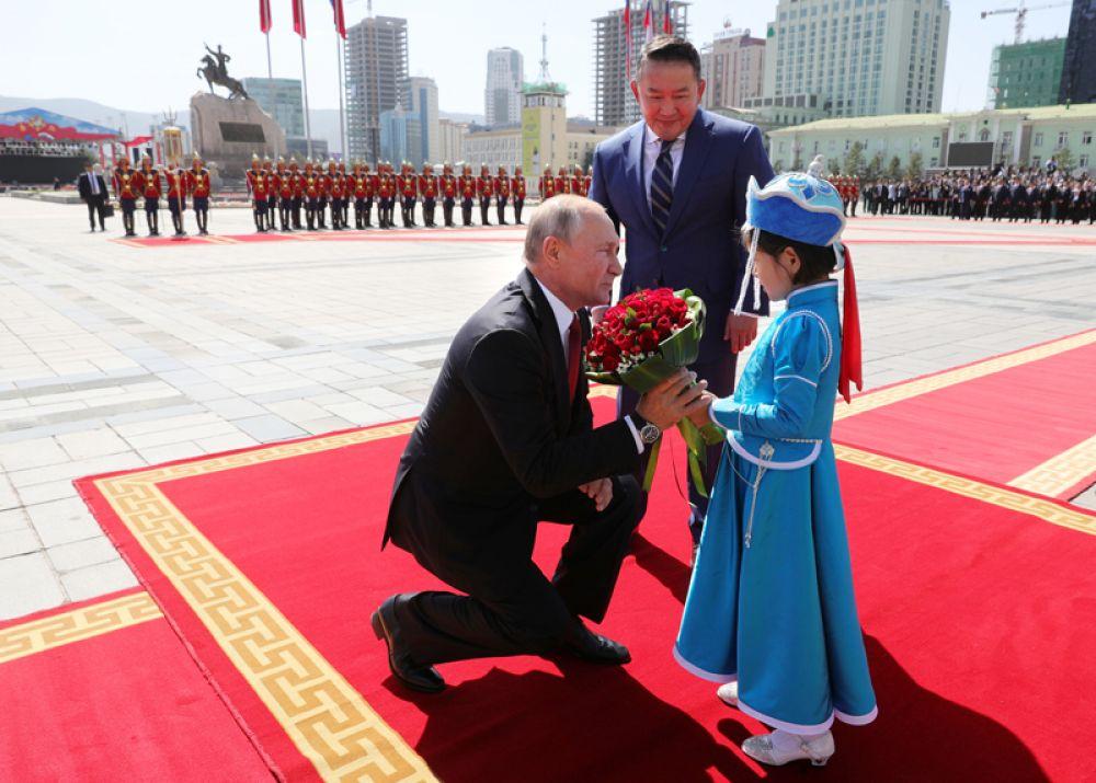Президент РФ Владимир Путин и президент Монголии Халтмагийн Баттулга (в центре) на церемонии официальной встречи у Государственного дворца на площади имени Сухэ-Батора в Улан-Баторе.