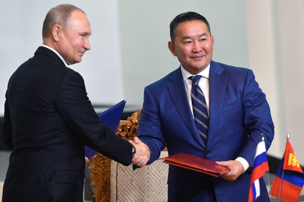 Президент РФ Владимир Путин и президент Монголии Халтмагийн Баттулга (справа) подписали межгосударственный договор о дружеских отношениях и всеобъемлющем стратегическом партнерстве в Государственном дворце в Улан-Баторе.