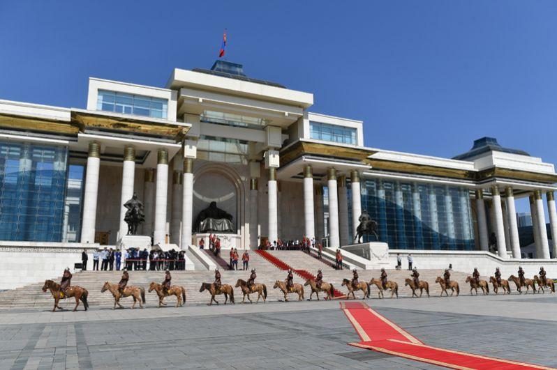 Почетный караул у Государственного дворца на площади имени Сухэ-Батора в Улан-Баторе готовится к церемонии официальной встречи президента РФ Владимира Путина, прибывшего в Монголию с официальным визитом.