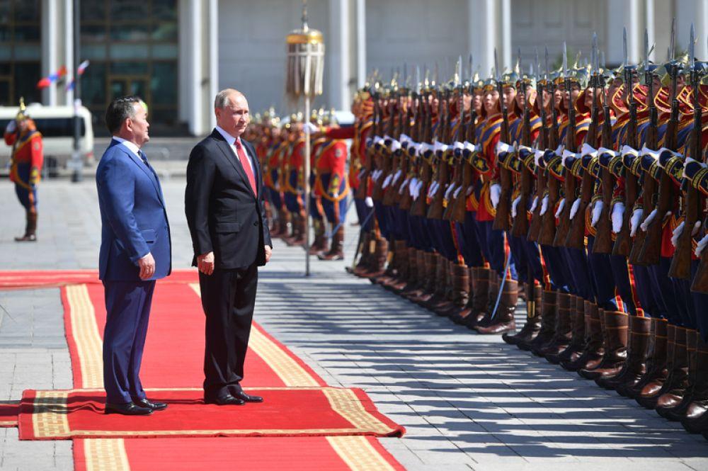 Президент РФ Владимир Путин и президент Монголии Халтмагийн Баттулга (слева) на церемонии официальной встречи у Государственного дворца на площади имени Сухэ-Батора в Улан-Баторе.